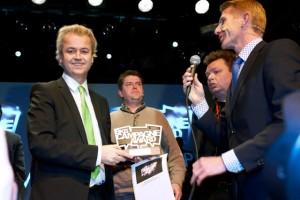 Geert Wilders met drie juryleden (Jack de Vries, Kay van der Linde en Erik van Bruggen)